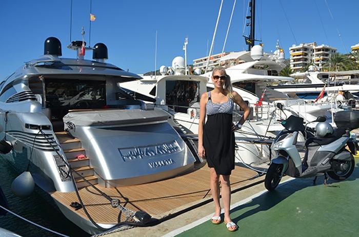 Elischeba Wilde vor einer Yacht in Puerto Portals