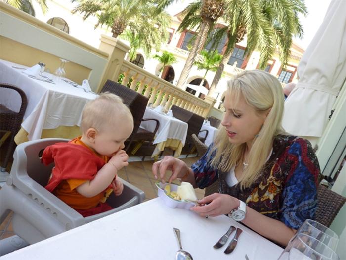 Elischeba und Leon - essen am Buffet mit Baby