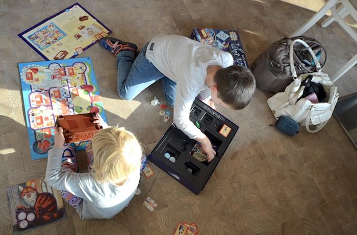 Kinder spielen auf dem Boden