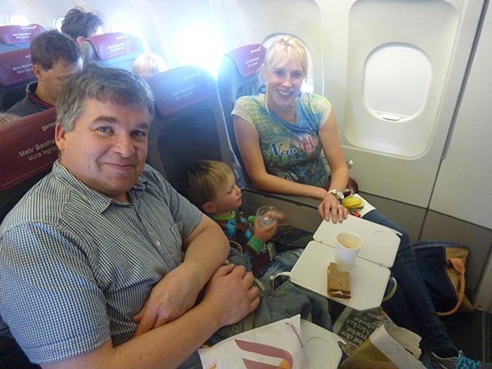 Familie Wilde im Flugzeug auf dem Hinflug nach Mallorca