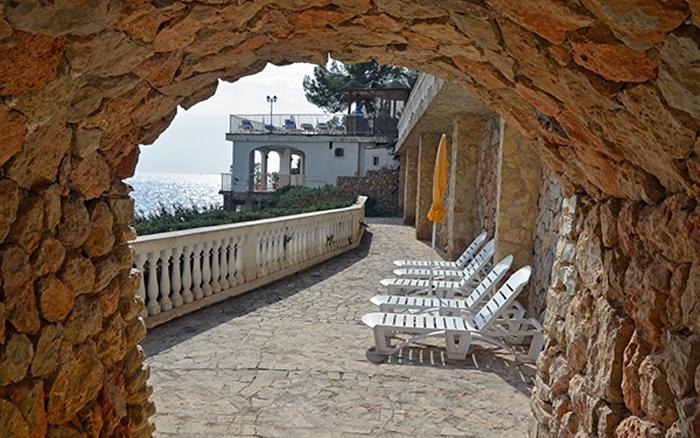 Mauer mit Blick aufs Meer - Hotel Bon Sol