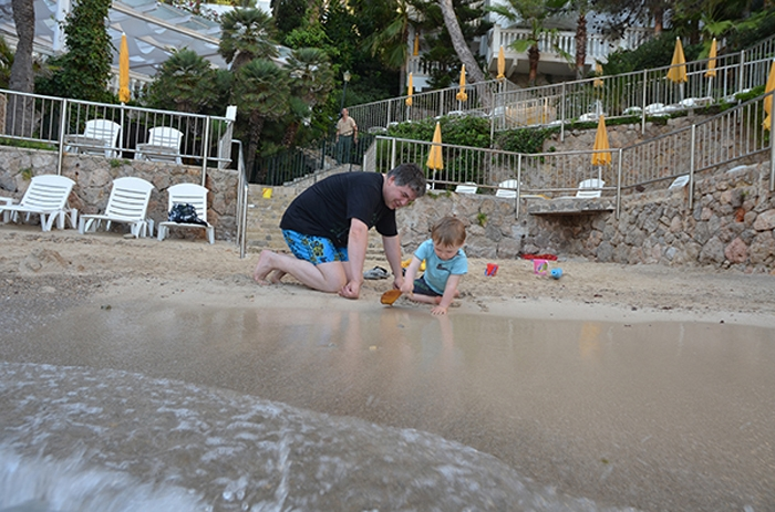 Papa und Sohn im Urlaub auf Mallorca