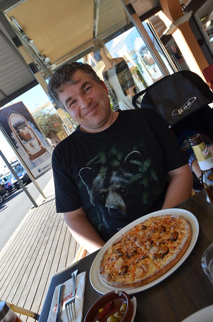 Pierre Wilde beim Essen im Hafen Puerto Portals
