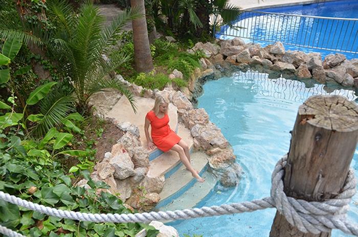 Elischeba am Pool im Garten des Hotel Bon Sol auf Mallorca