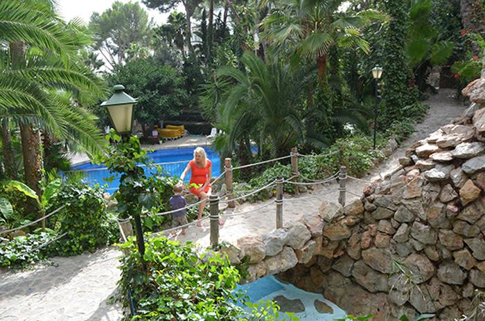 Elischeba und Leon am Pool im Garten des Hotel Bon Sol auf Mallorca