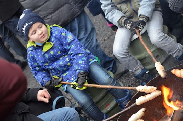 Waldweihnachtsmarkt in Velen - Kinder beim Stockbrot backen