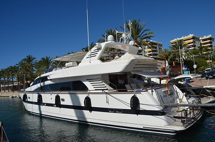 Yacht im Hafen Puerto Portals auf Mallorca