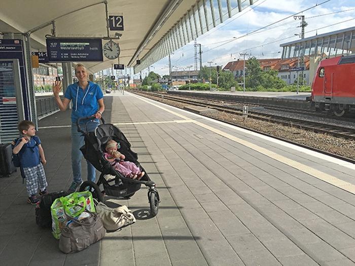 Zug fahren - Elischeba mit Kids am Bahnsteig