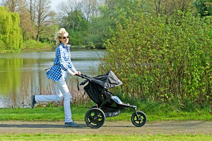 Elischeba Wilde beim Joggen mit dem Kinderwagen