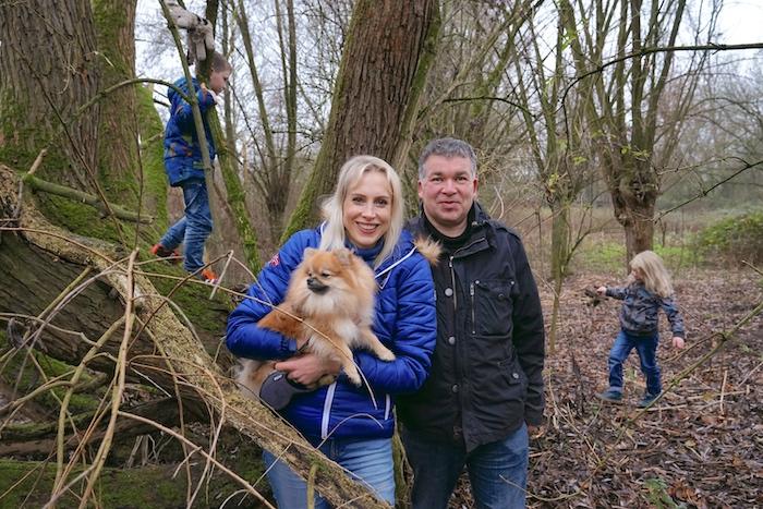 Familie mit Hund im Wald - Familie Wilde