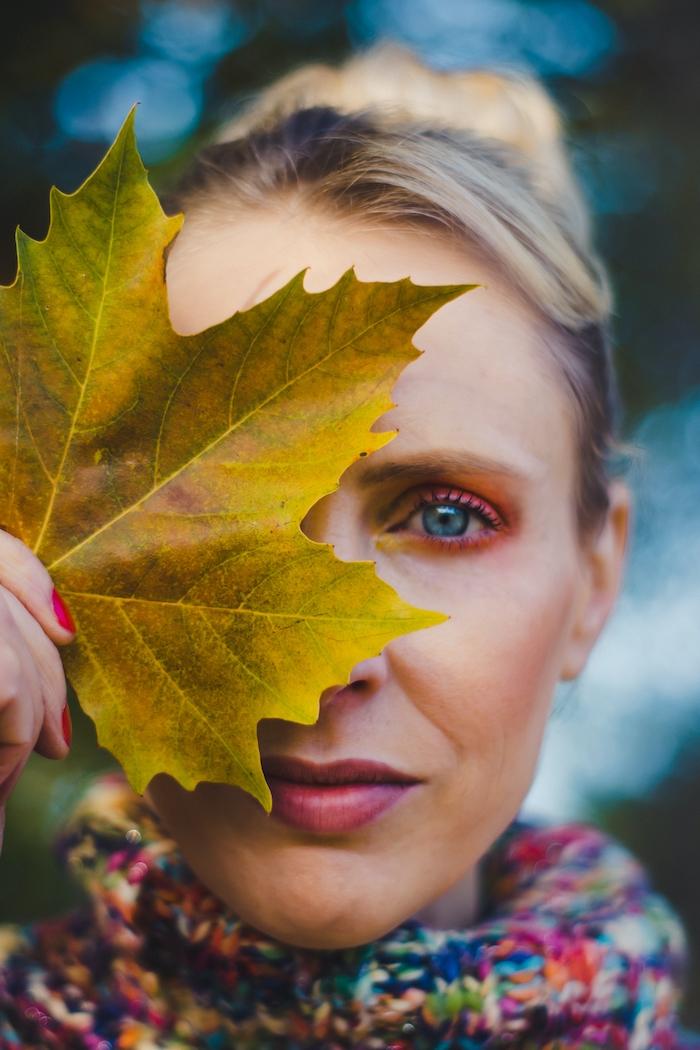 Frau mit Herbstblatt - Elischeba Wilde