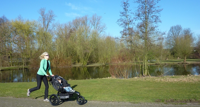 Elischeba Wilde beim Laufen mit dem Kinderwagen