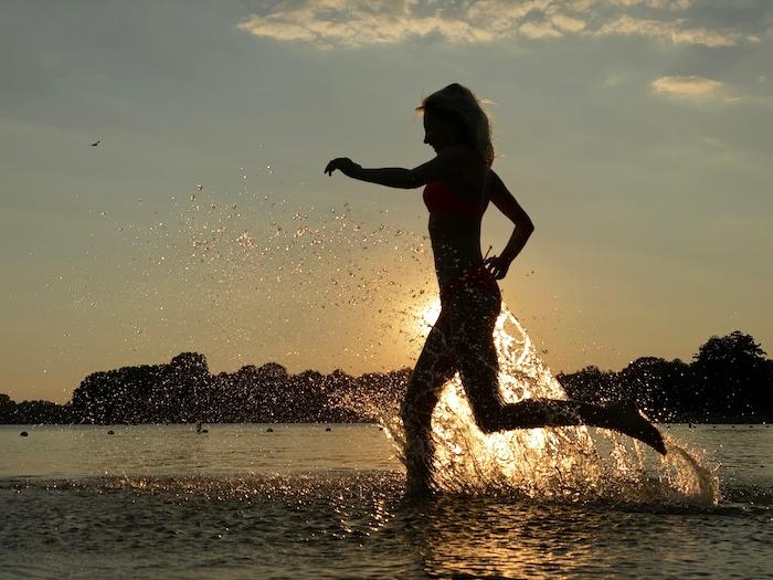 Elischeba Wilde im Gegenlicht am Meddosee bei Sonnenuntergang