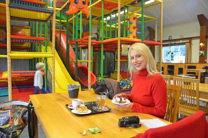 Elischeba genießt Kuchen in Zeeland - Elischeba Wilde