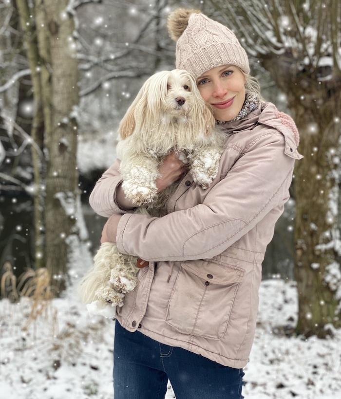 Elischeba Wilde - mit Hund im Schnee