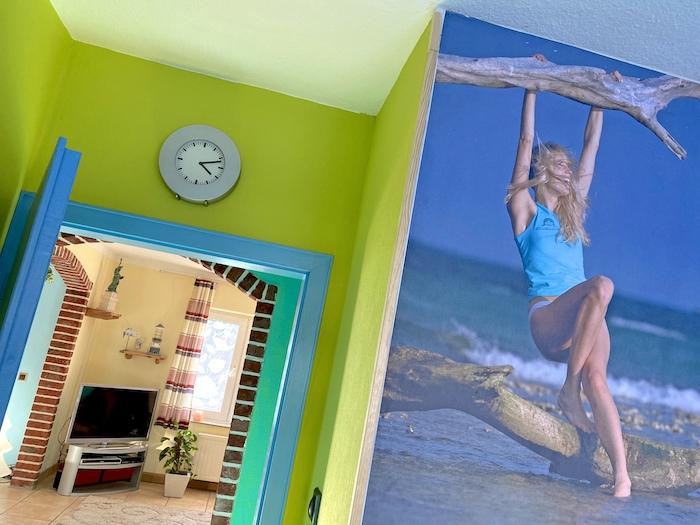 Fototapete und blaue Tür