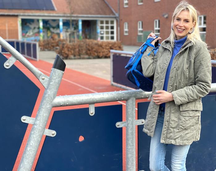 Mutter vor der Schule - Elischeba Wilde