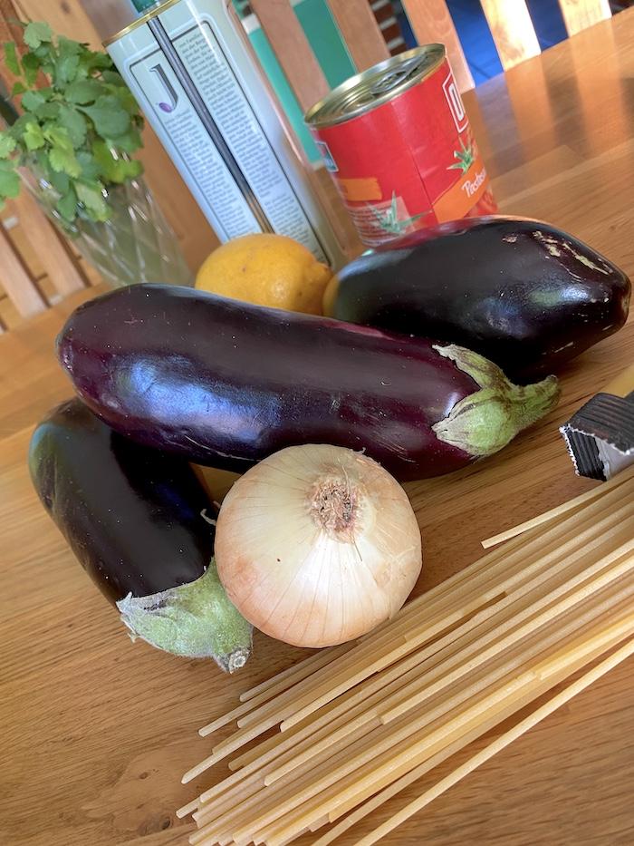 Auberginen - Zwiebel - Zitrone - Nudeln