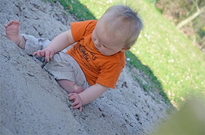 Baby Leon - barfuß im Sandkasten