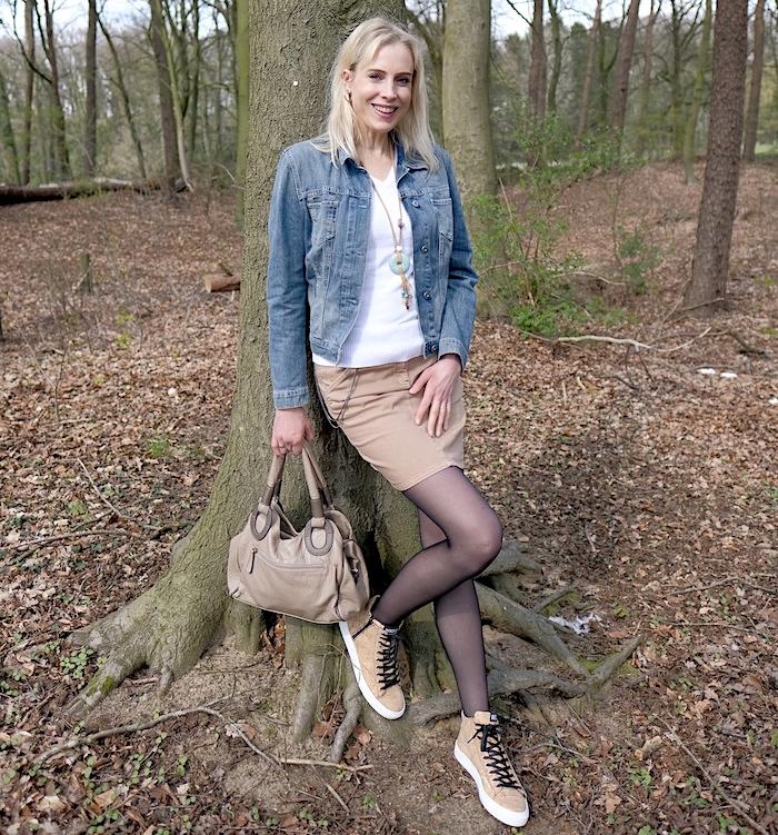 Elischeba Wilde - model in black nylons and sneaker