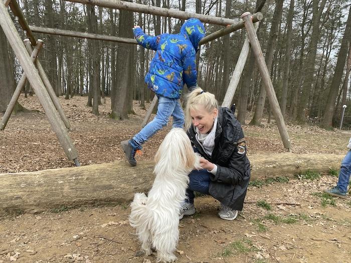 Elischeba mit Hund im Wald von Reken