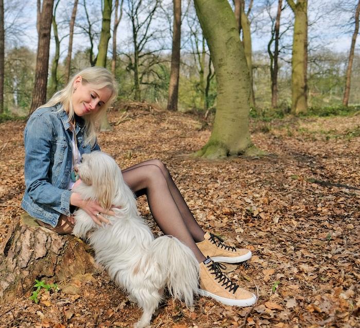 Elischeba Wilde mit Hund - zarte Strumpfhose mit Jeansrock