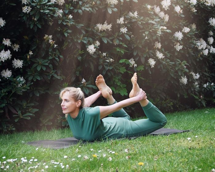 Elischeba Wilde beim Yoga im Chakrana Outfit