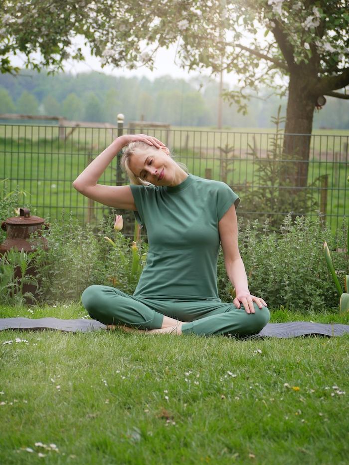 dehnen beim Yoga - Elischeba Wilde