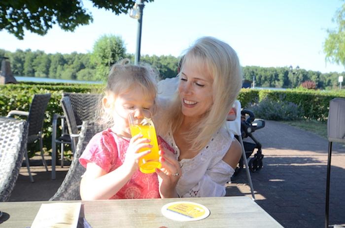 Elischeba und Emily im Restaurant Seeblick