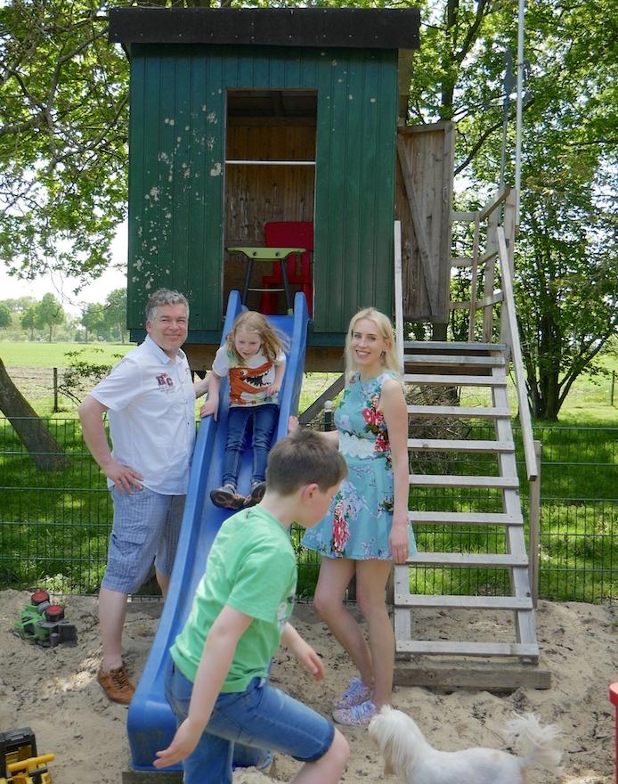 Elischeba Wilde mit Famili im Garten