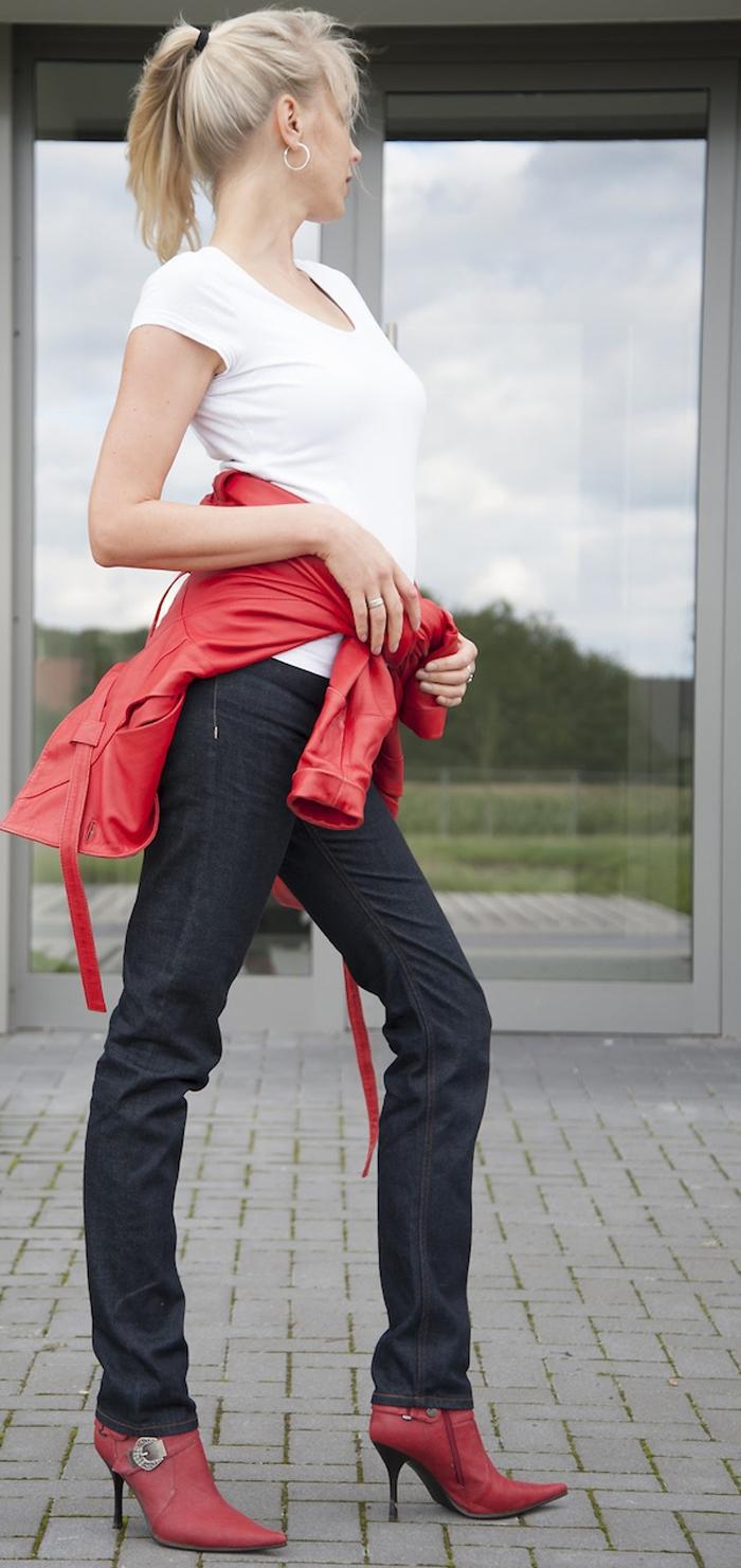 Blaumann Jeans und rote Lederjacke - Model Elischeba Wilde