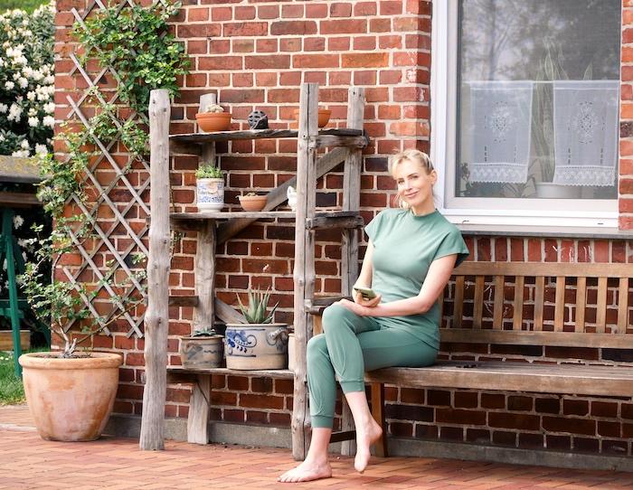 Elischeba Wilde im Wellness Outfit mit Handy