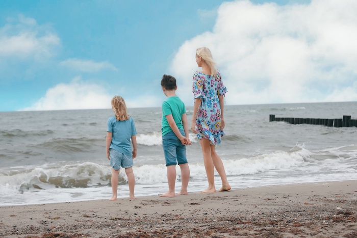 Mutter mit Kindern am Strand - Elischeba Wilde