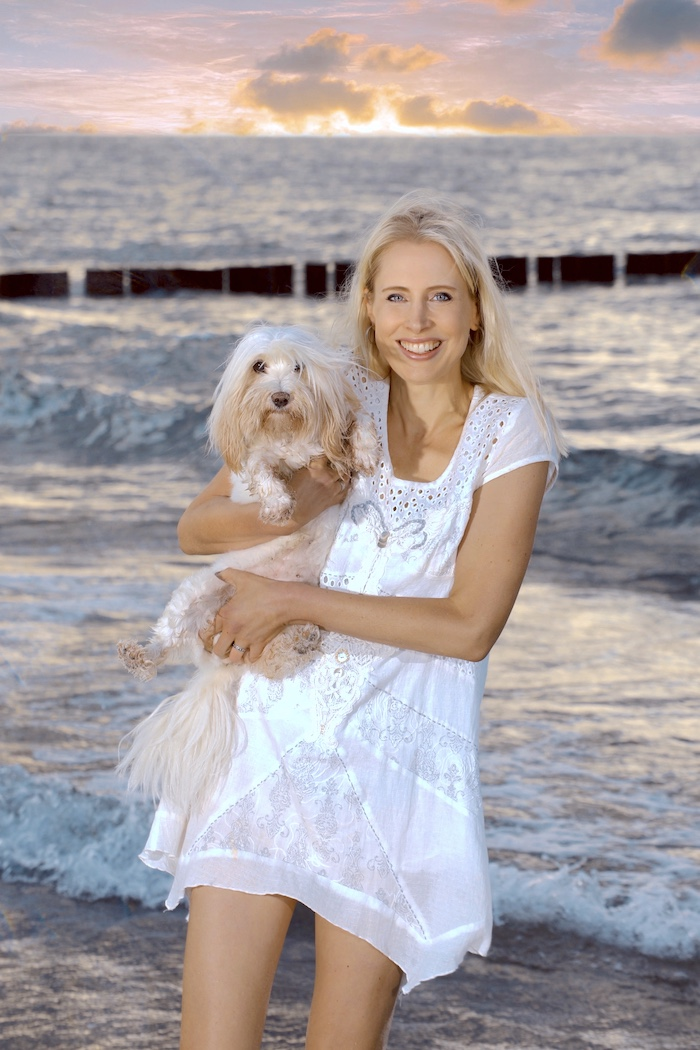 Elischeba mit ihrem Hund an der Ostsee