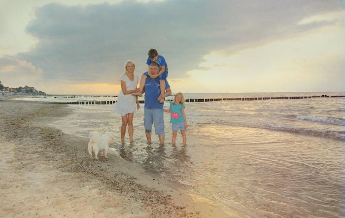 Familie mit Hund am Meer
